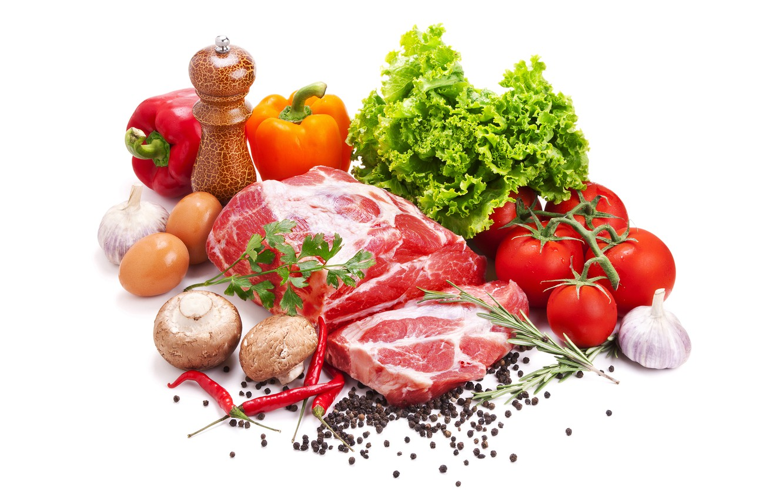 Фото обои грибы, яйца, мясо, белый фон, перец, помидоры, салат, специи, чеснок
