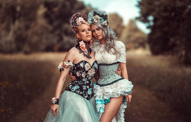 Фото обои девушки, две, портрет, блондинки, модели, красотки, фигуры, на природе, наряды, боке, стоят, позы, платья, Tonny …