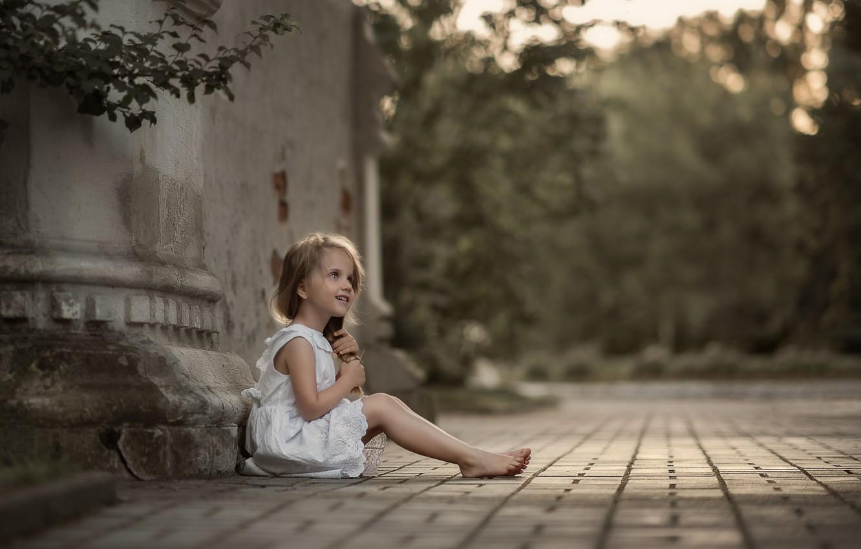 Фото обои лето, ветки, природа, здание, босиком, девочка, ребёнок, боке, босая, Юлия Кубар