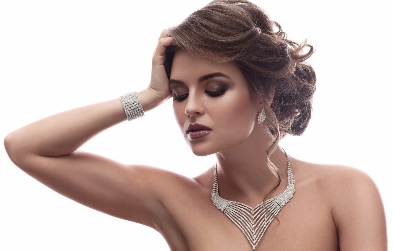 Фото обои взгляд, лицо, модель, рука, макияж, брюнетка, прическа, браслет, плечи, жест, woman, колье, beautiful, diamond, jewelry, ...