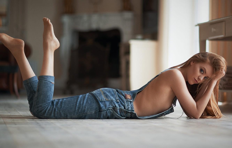 Фото обои girl, photo, blue eyes, barefoot, model, jeans, blonde, body, portrait, on the floor, bare shoulders, …