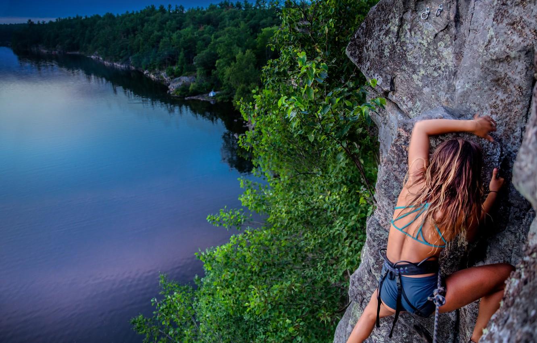 Фото обои девушка, пейзаж, природа, скала, озеро, спорт, Канада, Онтарио, скалолазка