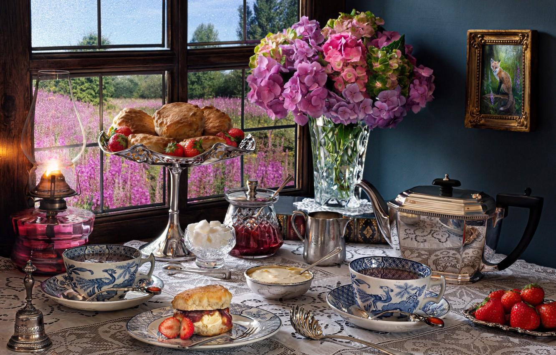 Фото обои цветы, ягоды, стол, лампа, чайник, окно, клубника, чаепитие, чашки, ваза, выпечка, блюдо, флоксы