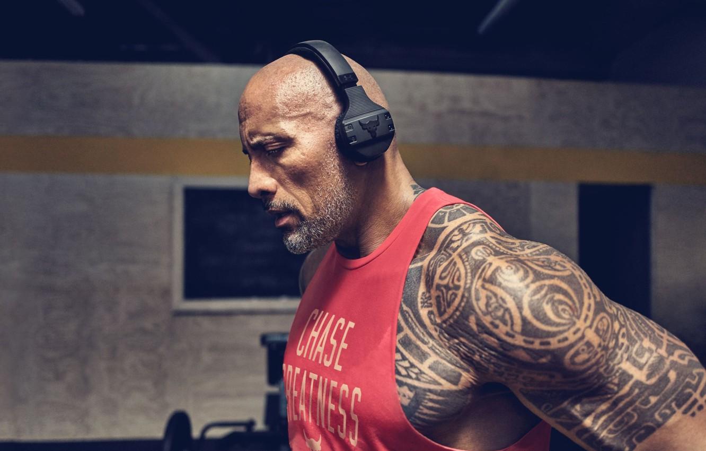 Фото обои взгляд, поза, наушники, тату, татуировка, актёр, muscle, мышцы, рестлер, Дуэйн Джонсон, tattoo, Dwayne Johnson, атлет, …