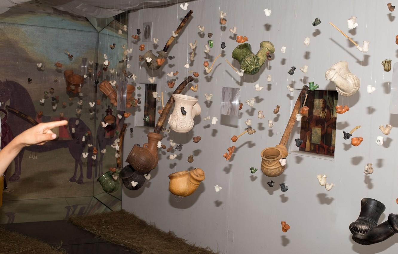 Фото обои рука, указатель, музей, Украина, трубки, подвеска, культура, табак, сказочно, Хортица, направение