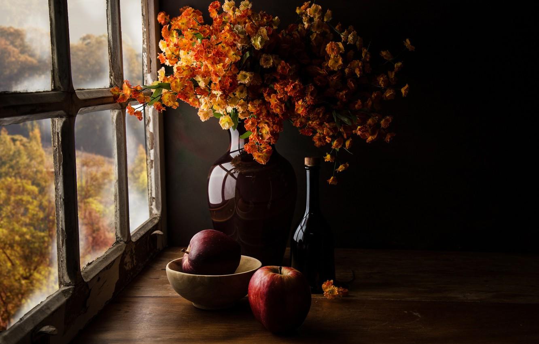 Фото обои осень, стекло, свет, цветы, темный фон, стол, стена, яблоки, доски, вид, бутылка, букет, желтые, окно, …