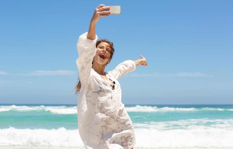 Фото обои песок, море, пляж, лето, небо, девушка, солнце, берег, шляпа, girl, summer, happy, beach, sea, beautiful, …