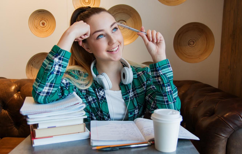 Фото обои взгляд, девушка, лицо, улыбка, стол, комната, книги, ручка, рубашка, тетрадь