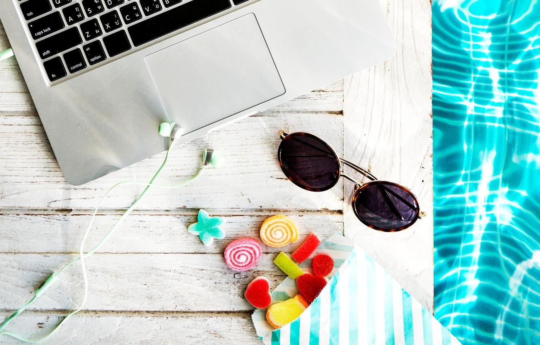 Фото обои вода, наушники, очки, сладости, ноутбук
