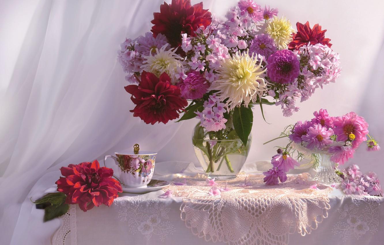 Фото обои цветы, стол, чашка, ваза, занавеска, салфетка, вазочка, космея, флоксы, георгины, Валентина Колова