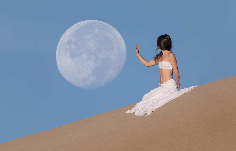 Фото обои девушка, пустыня, рука, Луна, заклинательница