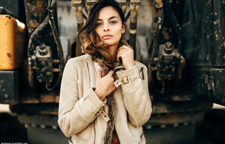 Фото обои взгляд, поза, модель, портрет, макияж, прическа, шатенка, красотка, боке, меховая куртка, Andreas-Joachim Lins, Sarah S