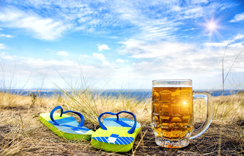 Фото обои море, небо, трава, солнце, облака, пейзаж, природа, берег, пиво, кружка, боке, сланцы