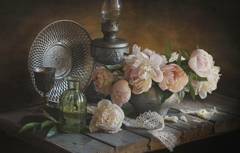 Фото обои цветы, доски, лампа, лепестки, горшок, натюрморт, кружево, пионы, блюдо, бутыль, Лионелла Зимина