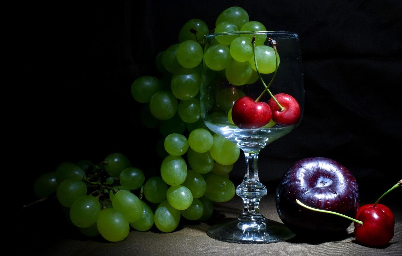Фото обои зеленый, темный фон, бокал, виноград, фрукты, натюрморт, черешня, инжир