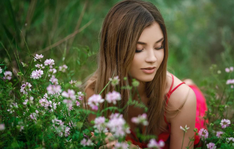 Девушка в траве на камеру