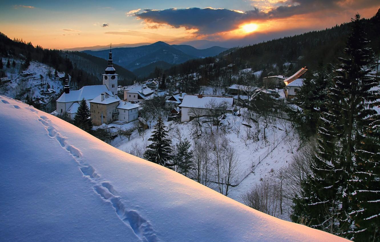 Фото обои зима, снег, пейзаж, закат, горы, следы, природа, село, дома, долина, леса, Словакия, Špania Dolina, Шпанья-Долина