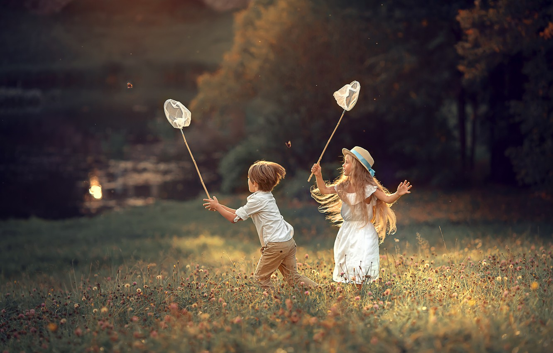 Фото обои поле, лето, взгляд, свет, деревья, бабочки, цветы, природа, дети, детство, поза, настроение, берег, поляна, игра, …
