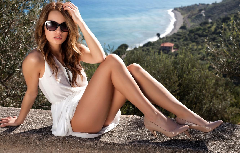 Фото обои море, солнце, пейзаж, секси, поза, модель, портрет, макияж, фигура, платье, очки, прическа, туфли, шатенка, ножки, …