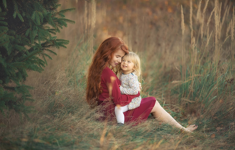 Фото обои трава, природа, дерево, женщина, босиком, платье, объятия, рыжая, ёлка, мама, ребёнок, локоны, мать, босая, Chudak …