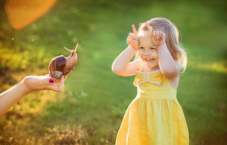 Фото обои лето, радость, рука, улитка, платье, девочка, малышка, ребёнок, рожки, Julia Grafova