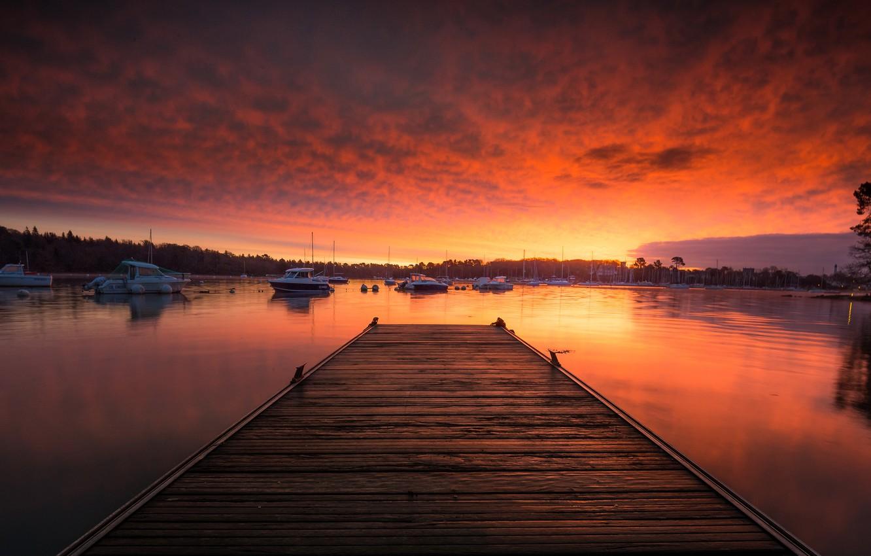 Фото обои море, облака, закат, берег, доски, Франция, лодки, вечер, причал, горизонт, залив, мостик, катера, мостки, Бретань, ...