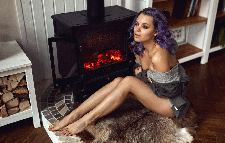 Фото обои девушка, поза, огонь, модель, портрет, макияж, прическа, шкура, дрова, мех, камин, ножки, кофта, сидит, на …