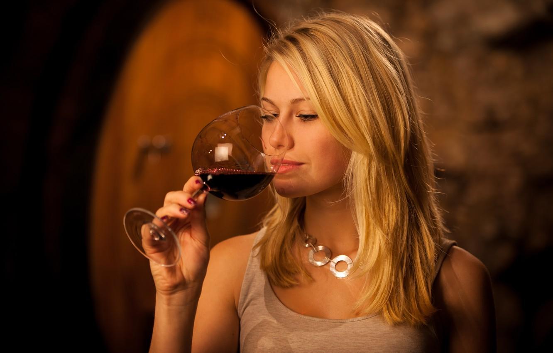 Фото обои поза, вино, модель, бокал, рука, макияж, майка, прическа, блондинка, красотка, боке