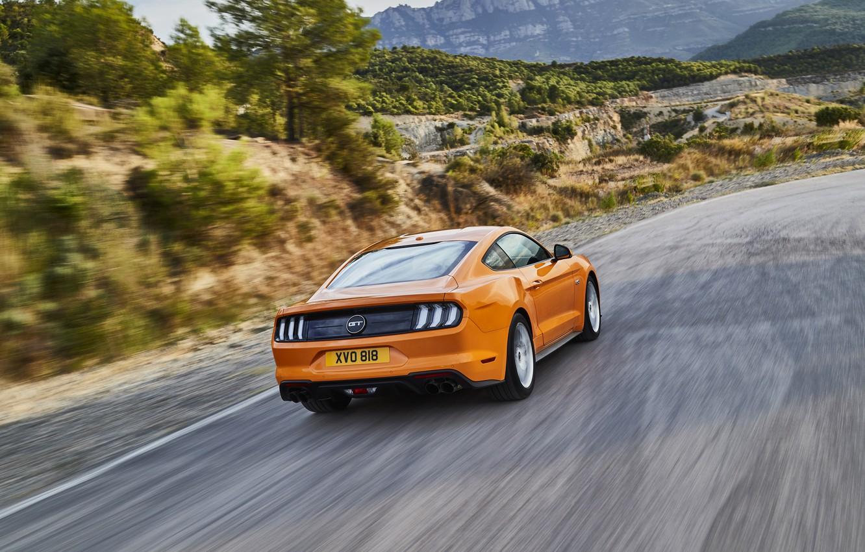 Фото обои дорога, оранжевый, Ford, вид сзади, 2018, фастбэк, Mustang GT 5.0