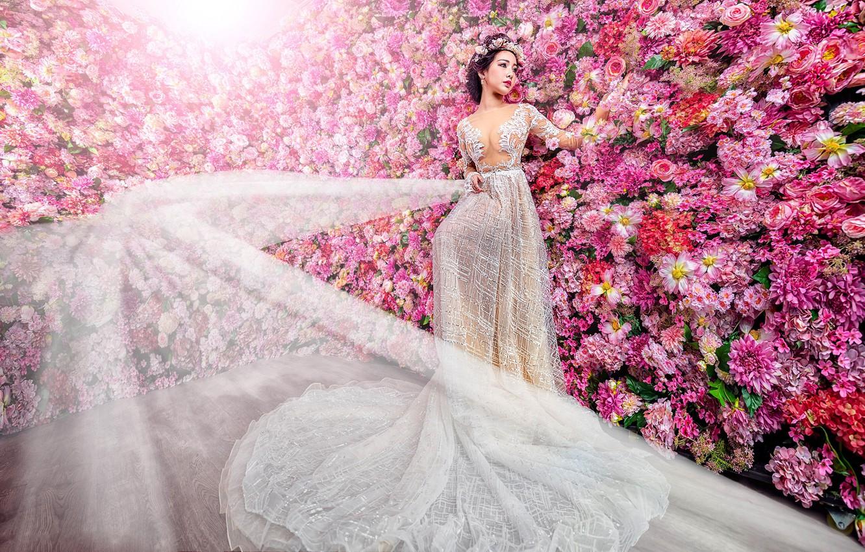 Фото обои девушка, украшения, цветы, белое, сад, платье, розовые, азиатка, невеста, нарядная, много, подол, роскошное