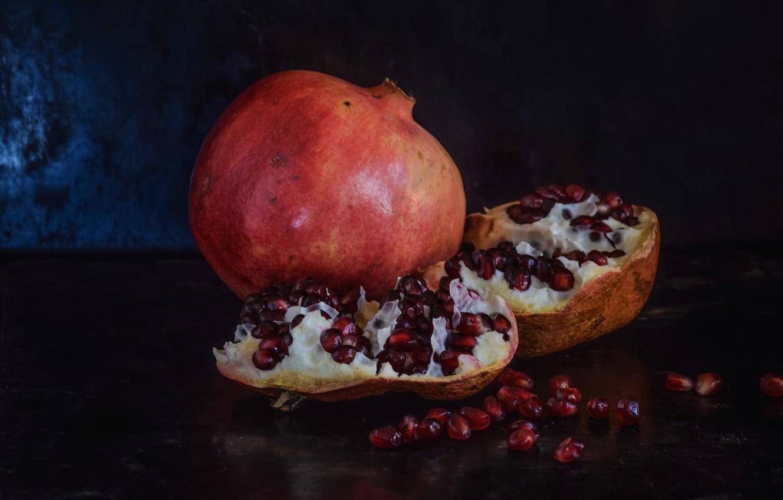 Фото обои темный фон, еда, фрукты, натюрморт, россыпь, половинки, гранаты, зёрна, гранат, гранатовые
