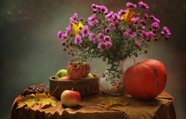 Фото обои осень, листья, цветы, стол, фон, яблоки, букет, тыква, ваза, натюрморт, скатерть, астры