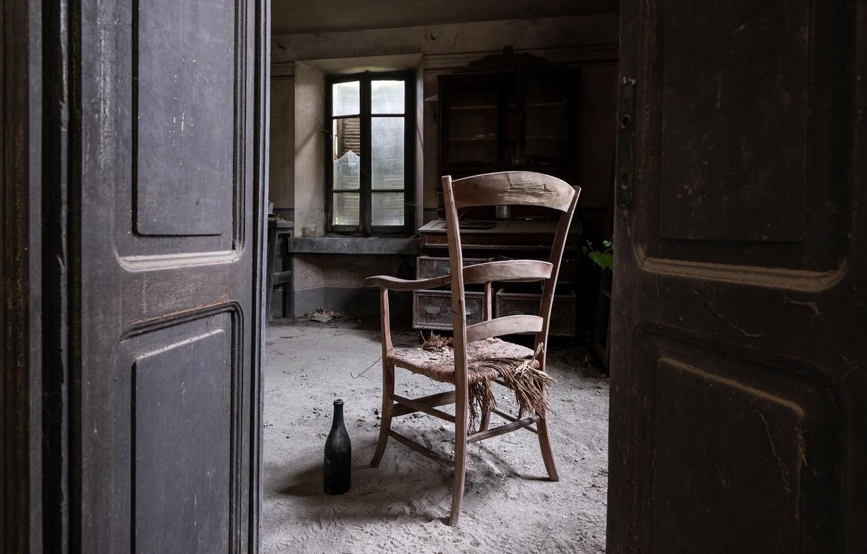 Фото обои бутылка, дверь, окно, стул