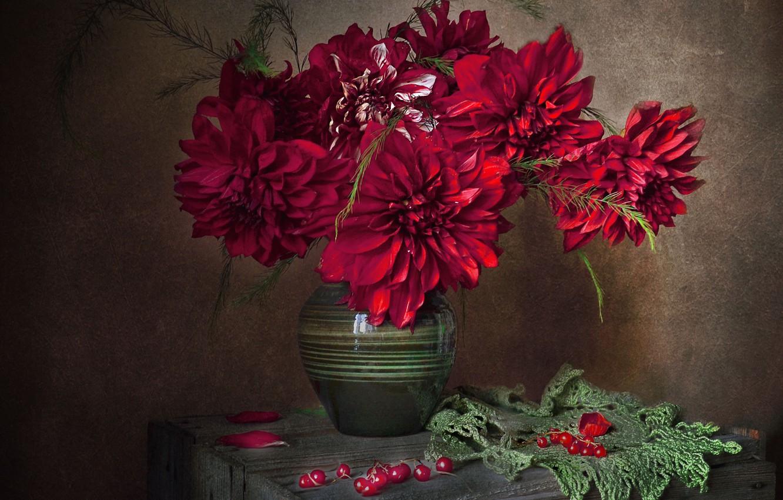 Фото обои цветы, ягоды, лепестки, ваза, смородина, салфетка, георгины, Валентина Колова