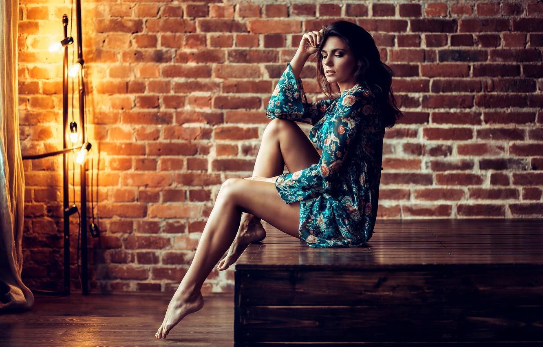 Фото обои девушка, стена, ноги, босиком, платье, брюнетка, лампочки, босая, Wodyk Paweł