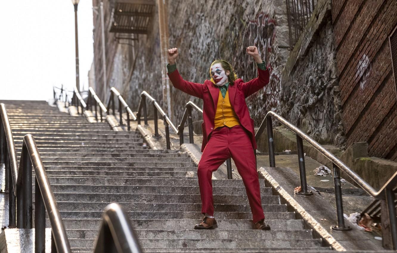 Фото обои краска, Джокер, костюм, лестница, Joker, гримм, Joaquin Phoenix, Хоакин Феникс, Joker 2019, Джокер 2019