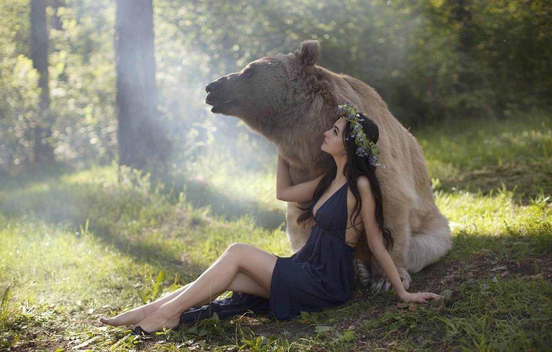 Фото обои лес, девушка, природа, животное, хищник, босиком, платье, медведь, брюнетка, венок, босая, Katerina Plotnikova