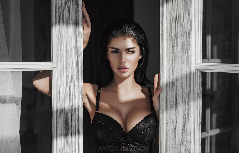 Фото обои грудь, взгляд, девушка, лицо, руки, окно, Антон Харисов, Полина Полинина