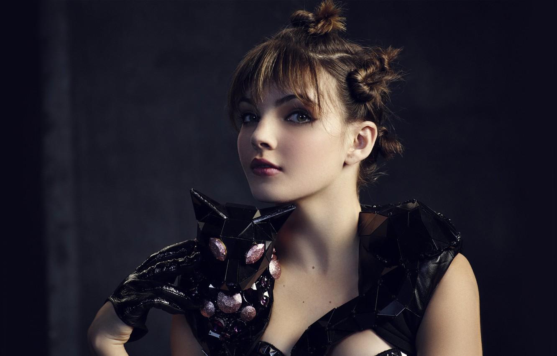 Фото обои взгляд, девушка, перчатки, зверёк, Camren Bicondova