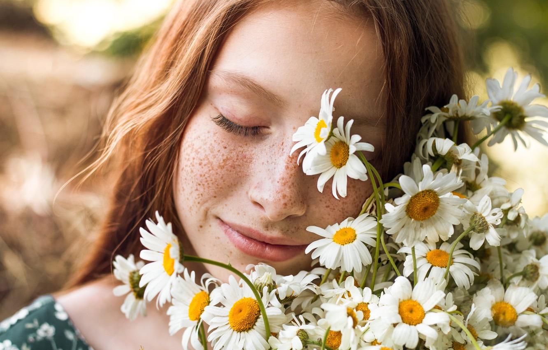 Фото обои девушка, цветы, лицо, настроение, ромашки, веснушки, рыжая, рыжеволосая, закрытые глаза, конопатая, Элина Гарипова