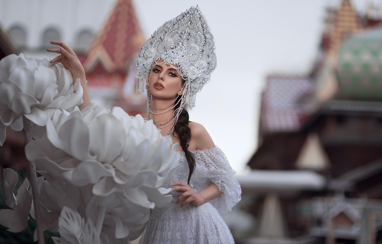 Фото обои девушка, цветы, поза, стиль, макияж, платье, бусы, невеста, кокошник, Олег Демьянченко, Елена Борисенкова