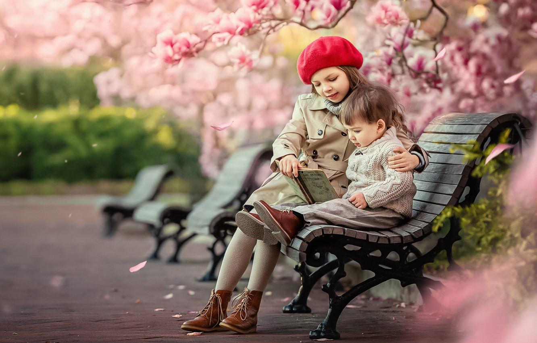 Фото обои деревья, дети, парк, мальчик, Весна, лавочка, девочка, книга, цветение, лавочки