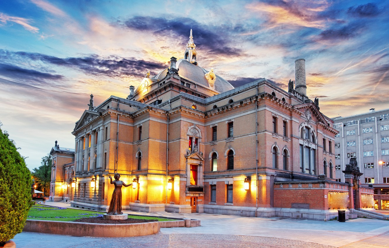 Фото обои небо, облака, огни, газон, утро, площадь, Норвегия, фонари, театр, скульптура, дворец, Norway, Осло, Oslo, National …