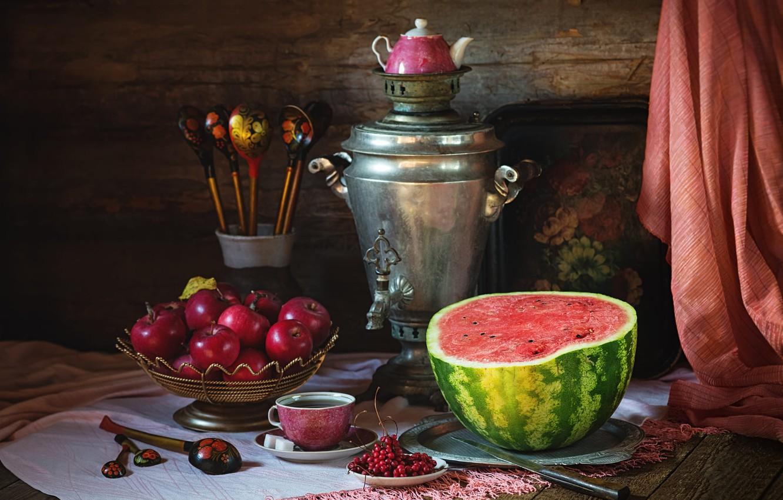 Фото обои уют, ретро, ягоды, темный фон, стол, стена, чай, половина, яблоки, доски, полотенце, арбуз, чайник, тарелка, …