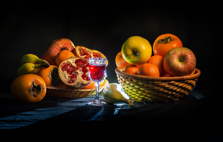 Фото обои яблоки, бокал, подсветка, плоды, бананы, напиток, фрукты, корзинка, гранат, мандарины, хурма