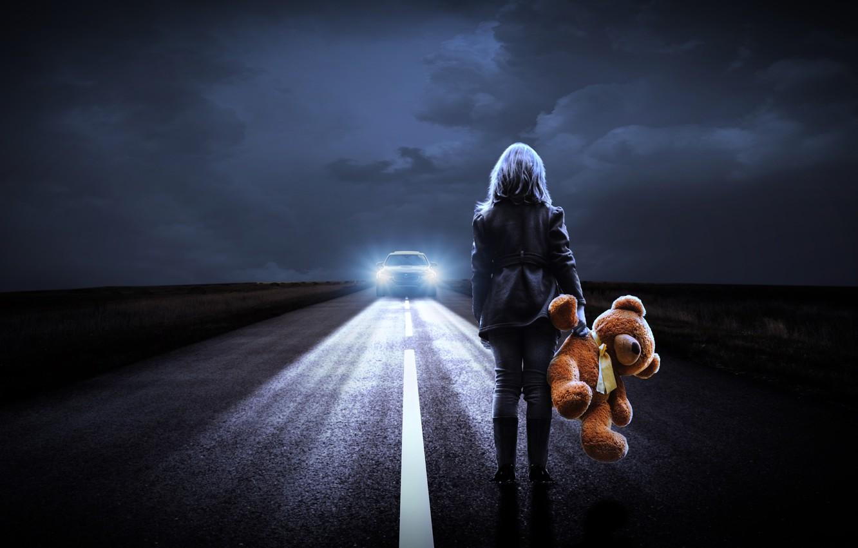 Фото обои дорога, машина, девушка, ночь, фары, мишка тедди