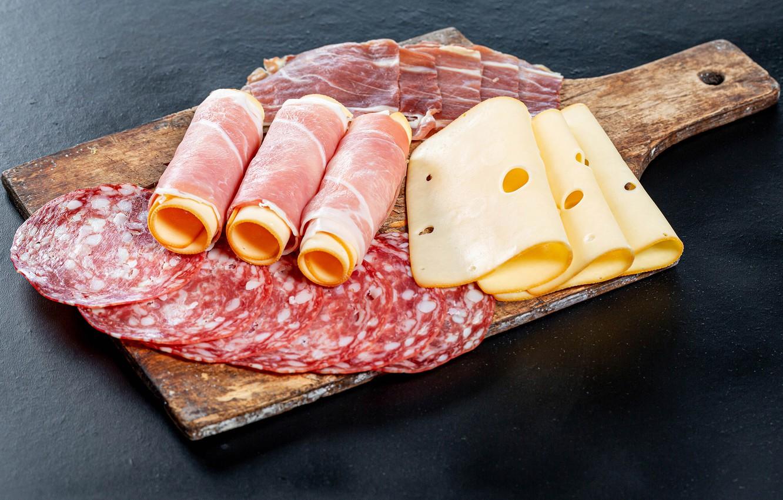 Фото обои сыр, доска, колбаса, бекон