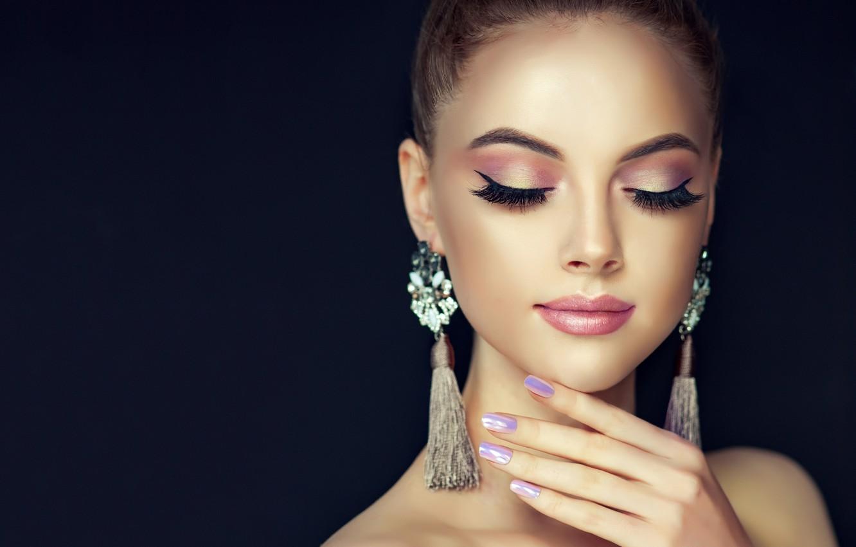 Фото обои девушка, лицо, стиль, рука, портрет, красота, серьги, макияж, girl, черный фон, Beautiful, style, model, маникюр, ...