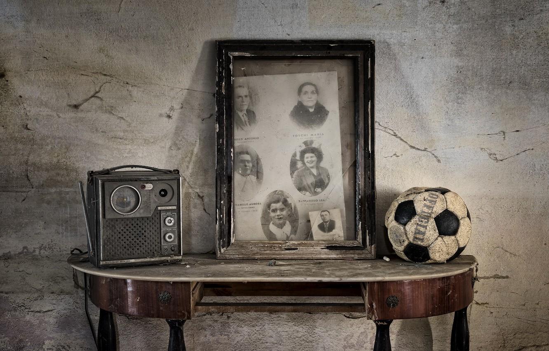 Фото обои стол, мяч, радиоприёмник, натурализм