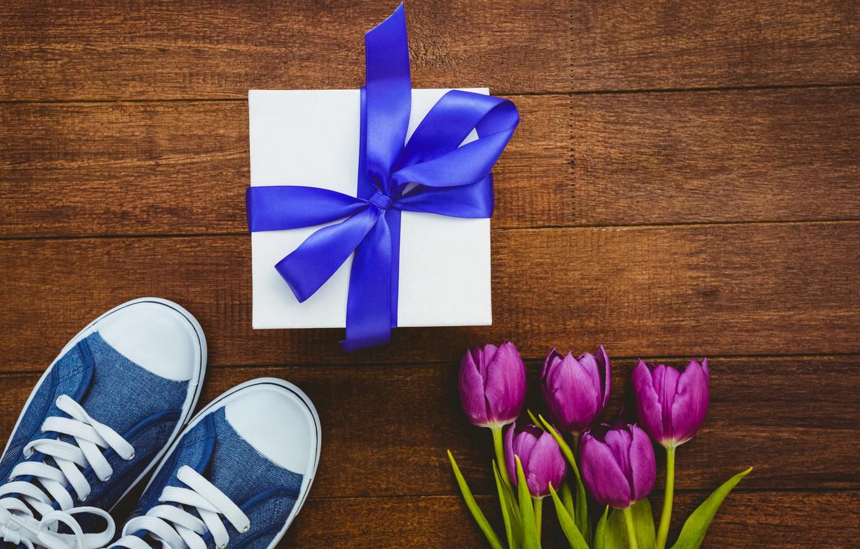 Фото обои цветы, подарок, кеды, букет, лента, тюльпаны, wood, flowers, tulips, purple, sneakers, gift box